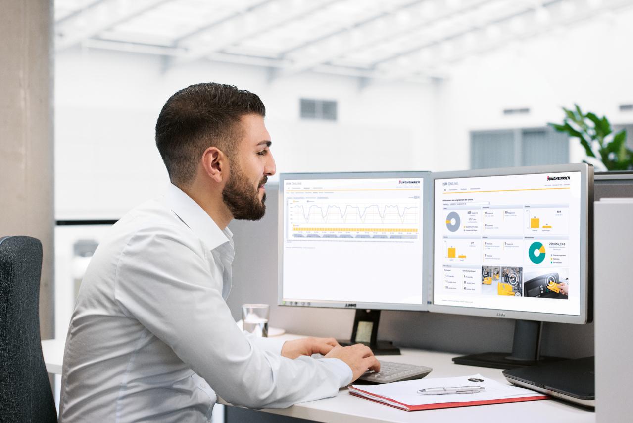 Hombre consultando el sistema de gestión de flotas en el ordenador